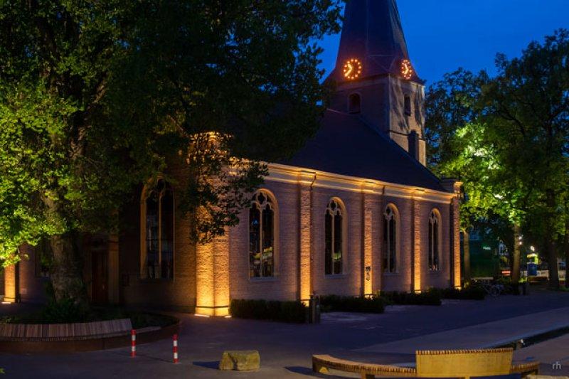Kerk met dynamisch licht koel wit voor de zomer