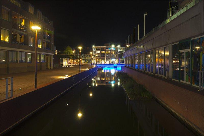Lichtarchitectuur van het NLI in Almelo.